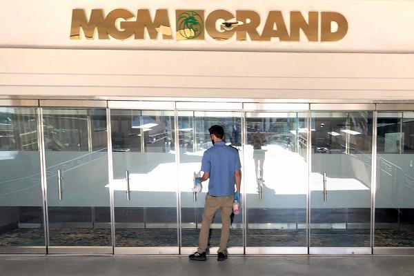 MGMグランドホテル ドア掃除中