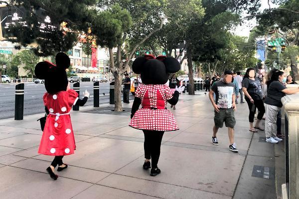 ベラージオホテル前を歩くミニー