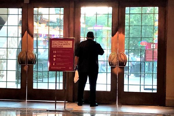 パリスホテル 玄関ドア掃除