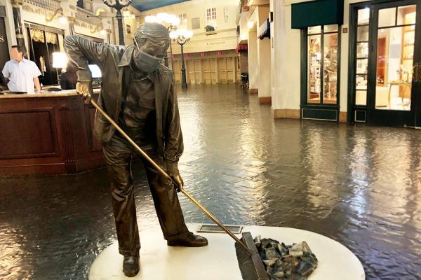 パリスホテル 掃除の銅像